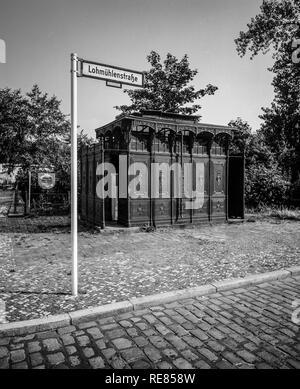 Août 1986, les anciens toilettes publiques, 1899 Lohmühlenstrasse street sign, Treptow, Berlin Ouest, l'Allemagne, l'Europe, Banque D'Images