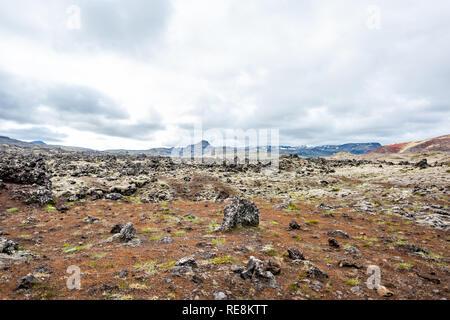En route champ de lave noire sur la péninsule de Snæfellsnes en Islande avec champ rocailleux et personne près de Stykkish Stykkisholmur et Grundarfjordur avec nuageux s Banque D'Images