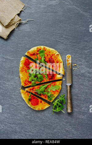 Télévision à jeter de pizza végétarienne avec la roquette Banque D'Images