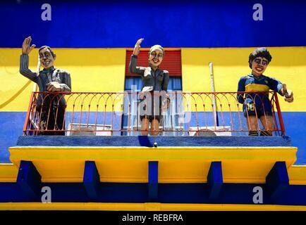 Les chanteurs de tango Carlos Gardel, Evita Peron et Diego Maradona, figures sur un balcon à El Caminito, la Boca, Buenos Aires Banque D'Images