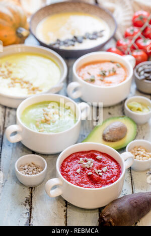 Variété de soupes crème de légumes colorés dans un bol. Concept de saine alimentation ou la nourriture végétarienne. Banque D'Images
