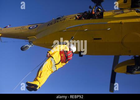 La RNLI combinée de recherche et de sauvetage de la RAF et l'hélicoptère Sea King, exercice Banque D'Images