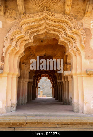 Des sculptures complexes sur le couloir voûté du Lotus Mahal Palace à Hampi, Karnataka, Inde.