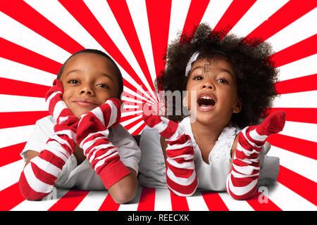 Portrait of a cute d'âge préscolaire les enfants afro-américains fixant. Studio shot. Deux enfants sur fond géométrique Banque D'Images