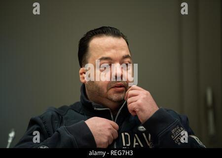 Oldenburg, Allemagne. 22 janvier, 2019. Niels Högel, accusé du meurtre de 100 patients, est assis dans la salle d'audience le jour de l'essai et ouvre la fermeture éclair de sa veste. L'ex-infirmière, qui a déjà été condamné à la prison à vie pour deux meurtres en 2015, entre autres choses, a été le procès de nouveau depuis la fin du mois d'octobre 2018. Credit: Mohssen Assanimoghaddam/dpa/Alamy Live News Banque D'Images