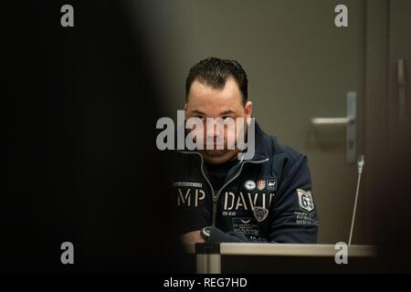 Oldenburg, Allemagne. 22 janvier, 2019. Niels Högel, accusé du meurtre de 100 patients, est assis dans la salle d'audience au jour de procès. L'ex-infirmière, qui a déjà été condamné à la prison à vie pour deux meurtres en 2015, entre autres choses, a été le procès de nouveau depuis la fin du mois d'octobre 2018. Credit: Mohssen Assanimoghaddam/dpa/Alamy Live News Banque D'Images