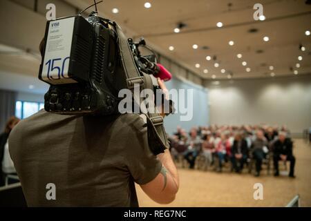 Oldenburg, Allemagne. 22 janvier, 2019. Un caméraman filme l'audience où le procès contre le meurtrier patient Niels Högel a lieu. Credit: Mohssen Assanimoghaddam/dpa/Alamy Live News Banque D'Images