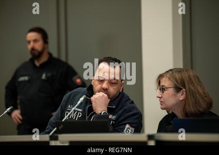 Oldenburg, Allemagne. 22 janvier, 2019. Niels Högel (M), accusé du meurtre de 100 patients dans les cliniques à Delmenhorst et Oldenburg, est assis à côté de son avocat Ulrike Baumann sur jour de procès. L'ex-infirmière, qui a déjà été condamné à la prison à vie pour deux meurtres en 2015, entre autres choses, a été le procès de nouveau depuis la fin du mois d'octobre 2018. Credit: Mohssen Assanimoghaddam/dpa/Alamy Live News Banque D'Images