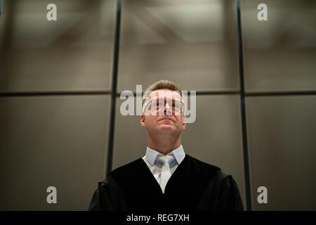 Oldenburg, Allemagne. 22 janvier, 2019. Sebastian Bührmann, juge au procès contre le meurtrier, Högel patient Niels se tient dans la salle d'audience. Credit: Mohssen Assanimoghaddam/dpa/Alamy Live News Banque D'Images
