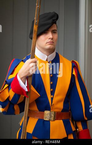 L'Europe garde suisse du Vatican à la main à côté de la Basilique St Pierre Banque D'Images