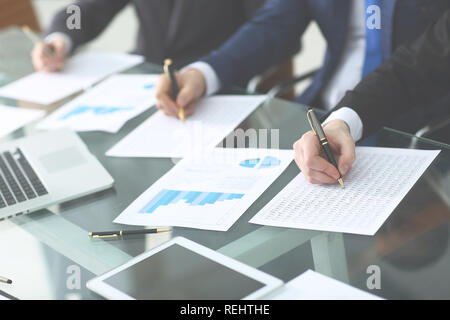 Concept de vérification à travailler avec plan et l'analyse des tableaux d'investissement sur le lieu de travail Banque D'Images