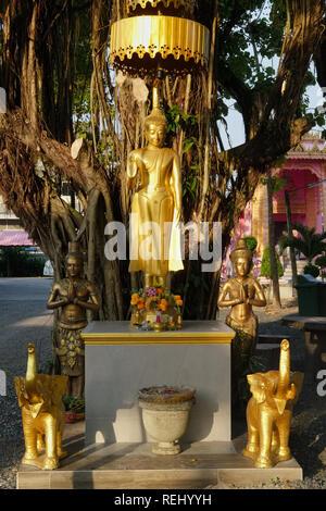 Une statue de Bouddha au début du soleil, affichant le mudra (geste de la main) de dissiper la crainte (Abhaya) à Wat Phra Nang Sang, Thalang, Phuket, Thailand