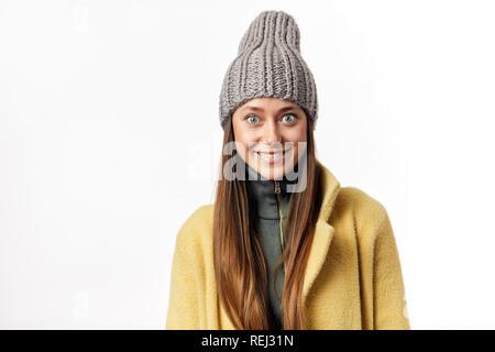 ... Beau bug eyed woman se déclare heureux d émotions, possède une agréable  sourire, d250c3e64af