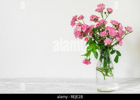 Nature morte avec un beau bouquet de rose rose fleurs. maison de vacances ou de mariage avec arrière-plan copie espace concept nature. Banque D'Images