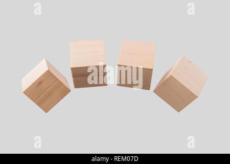 Business & design concept - Résumé du vrai géométrique cube de bois flottant isolé sur fond, c'est pas le 3D render. Banque D'Images