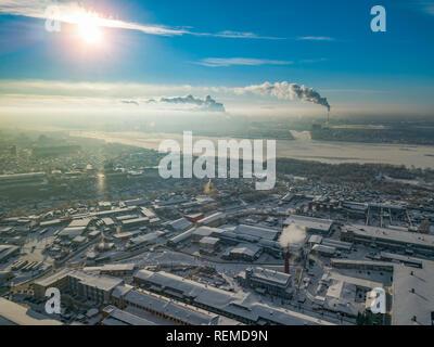 Paysage d'hiver à partir d'une vue aérienne de la ville de Novosibirsk dans la brume avec les rues, les petits bâtiments, rivière sous la glace couverte de neige et protrudi Banque D'Images