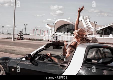 Happy girl bénéficiant d'un voyage dans un cabriolet Banque D'Images