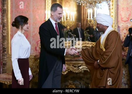 Le roi Felipe VI d'Espagne et la Reine Letizia d'Espagne vu la réception des ambassadeurs étrangers au Palais Royal de Madrid. Banque D'Images