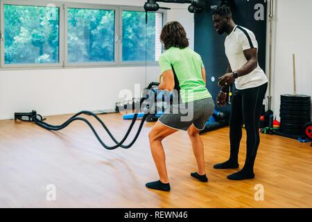 Homme avec bataille d'acier dans l'entraînement fonctionnel fitness gym Banque D'Images