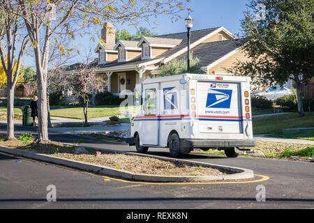 12 décembre 2017 Livermore / CA / USA - USPS en conduisant dans un quartier résidentiel sur une journée ensoleillée Banque D'Images