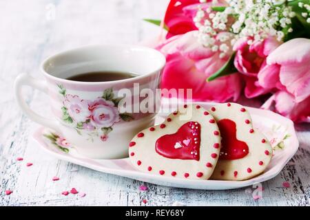 Valentines Day contexte alimentaire cookies en forme de coeur avec une tasse de café, selective focus Banque D'Images