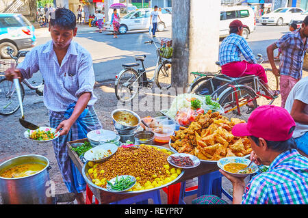 YANGON, MYANMAR - février 17, 2018: La route des stands de nourriture dans la région de Chinatown sont très populaires parmi les pousse-pousse, les conducteurs, les vendeurs de marché, porteurs et Banque D'Images