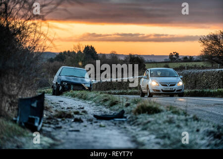 Une voiture abandonnée après avoir tourné sur une route non glacées près du village de Colerne dans Wiltshire avec la baisse des températures dans tout le Royaume-Uni. Banque D'Images