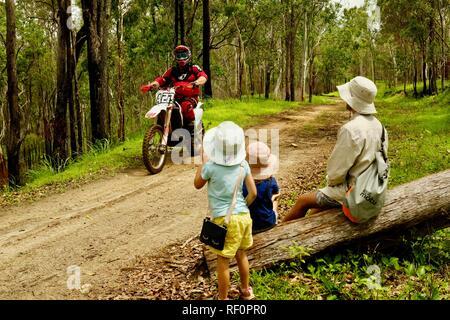 Des vélos de saleté à cheval sur une route d'accès à l'incendie à l'extérieur dans une forêt, Mia Mia State Forest, Queensland, Australie Banque D'Images
