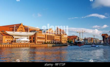 Gdansk, Pologne - 26 juin 2018: vue panoramique sur la vieille ville de Gdansk sur la rivière Motlawa et le célèbre Orchestre Philharmonique Baltique polonaise. Banque D'Images