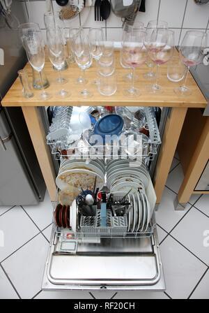 La vaisselle sale dans le lave-vaisselle et sur le comptoir Banque D'Images