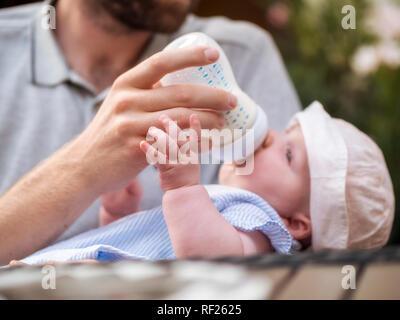 Père biberon baby girl Banque D'Images