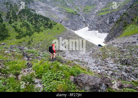 Female hiker en face de la chapelle de glace, langue du glacier sur le Watzmann face est, le parc national de Berchtesgaden, Watzmann Banque D'Images