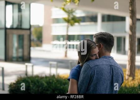 Pays-bas, Maastricht, young couple hugging dans la ville Banque D'Images