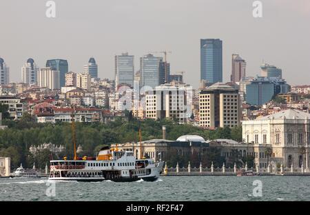 Le Palais de Dolmabahce sur le Bosphore, l'horizon de retour à Istanbul, Istanbul, Turquie Banque D'Images