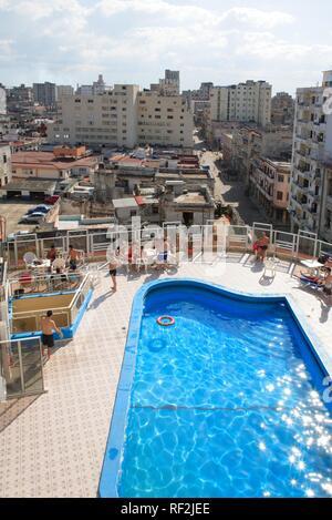 Vue de la vieille partie de La Havane avec une piscine à l'avant-plan, La Havane, Cuba, Caraïbes Banque D'Images