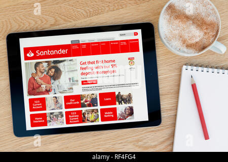 Le site web de la Banque Santander dispose sur un iPad tablet device qui repose sur une table en bois à côté d'un bloc-notes (Editorial uniquement). Banque D'Images