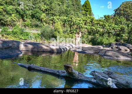 TAURANGA NOUVELLE ZÉLANDE - Le 23 janvier 2019; Couple standing in bien reflétée dans waterholle à la cascade à scenic sur chaude journée d'été à McLaren Falls Banque D'Images