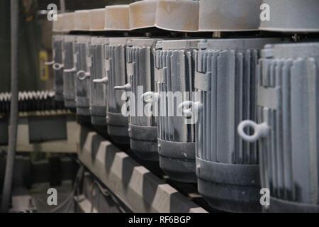 Un groupe de puissants moteurs électriques. L'entraînement électrique de l'équipement industriel. Résumé Contexte industriel. Dusty moteurs électriques dans la production. Soft Banque D'Images
