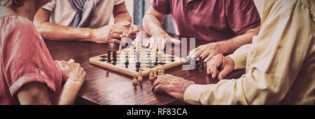 Les Aînés jouant aux échecs
