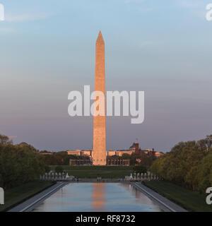Washington monument, en miroir dans le miroir d'eau au coucher du soleil. Banque D'Images
