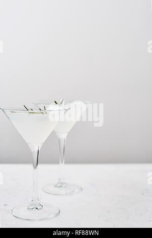 Boisson d'été. D'été rafraîchissant cocktail sans alcool de romarin et d'agrumes ou pétillant de gin et de limonade. Copier l'espace. Focus sélectif.