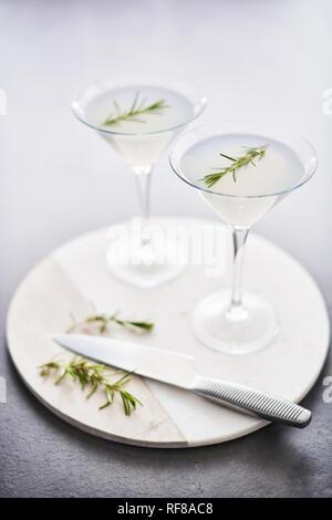 Boisson d'été. D'été rafraîchissant cocktail sans alcool avec le romarin ou pétillant de gin et de limonade sur en plat de service sur table béton foncé. Copie