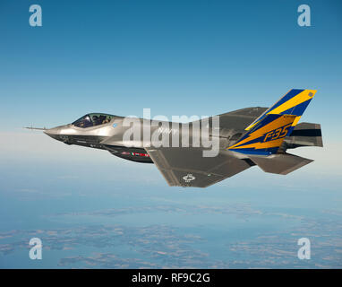 110211-O-XX000-001 NAVAL AIR STATION Patuxent River, Maryland (fév. 11, 2011) La Marine américaine variante du F-35 Joint Strike Fighter, le F-35C, effectue un vol d'essai au-dessus de la baie de Chesapeake. Le lieutenant Cmdr. Eric 'Magic' Buus a volé le F-35C pendant deux heures, vérifier les instruments qui permettront de mesurer les charges structurales sur la cellule au cours de manœuvres de vol. Le F-35C est distincte de la F-35A et F-35B versions avec de plus grandes surfaces d'aile et le train d'atterrissage renforcé pour un meilleur contrôle en opérant dans le transporteur exigeant le décollage et l'atterrissage de l'environnement. (U.S. Photo gracieuseté de la marine Lockheed Martin/libérés) Banque D'Images
