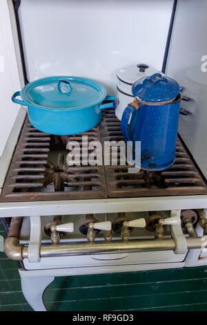 Garland antique cuisinière à gaz 4 brûleurs avec deux bleu et un émail blanc vintage de cuisine. Banque D'Images