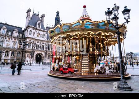 Carrousel en face de l'Hôtel de Ville, Paris, France