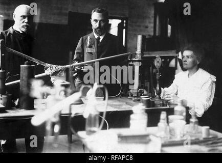 Dans le laboratoire de M. et Mme. Curie tout en prenant une mesure de la radioactivité. Banque D'Images