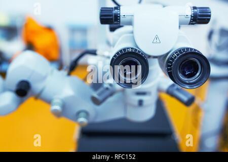 Close up photo d'un microscope opératoire dans un laboratoire. Ophtalmologiste. médicaux, de la santé, de l'ophtalmologie concept