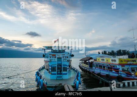 Lac Toba, en Indonésie - Janvier 2018: ferries pour passagers sur le Lac Toba au coucher du soleil, dans le Nord de Sumatra en Indonésie.
