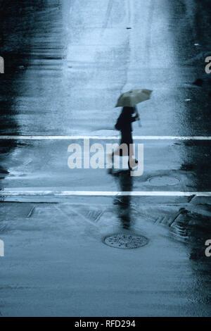 Un passage pour piétons rue des pluies dans la région de New York City, USA Banque D'Images