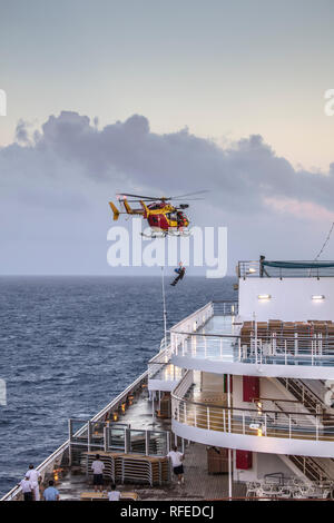 La France, Fort-de-France, à bord de navires de croisière Costa Magica. Opération de sauvetage avec l'hélicoptère. Rapatriement du passager malade. Banque D'Images